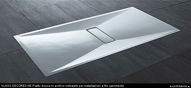 GLASS DECOR EDGE è un piatto doccia in acrilico rinforzato, per installazioni a filo pavimento, con guaina impermeabilizzante e coperchio piletta bianco integrati.