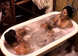 protagonisti-grande-fratello-2011-12-vasca-da-bagno-wessex-victoria-albert-01
