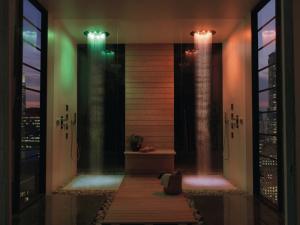 le-emozioni-dei-centri-benessere-spa-a-casa-propria-bossini-ci-aiuta-a-gestire-lacqua-in-tutte-le-sue-forme-pioggia-cascata-getti-nebulizzazione-e-cromoterapia-01